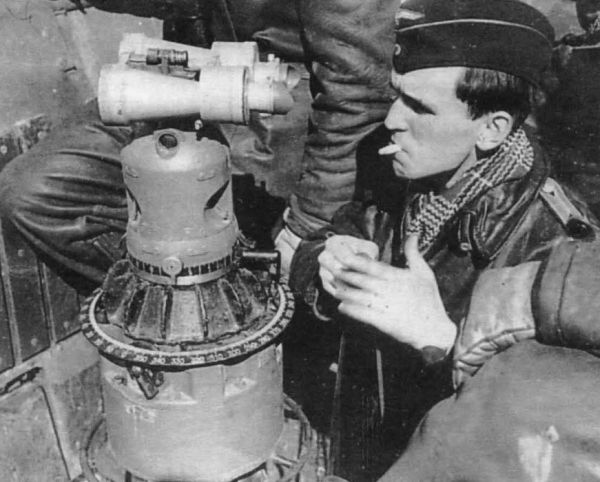 Upper part of UZO sight column with the binoculars UDF 7x50 on the bridge of U 86
