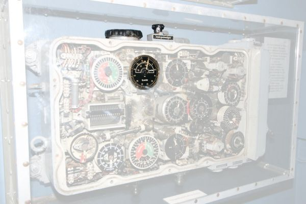 Knobs and dials of the target and torpedo speed in the late version of the calculator