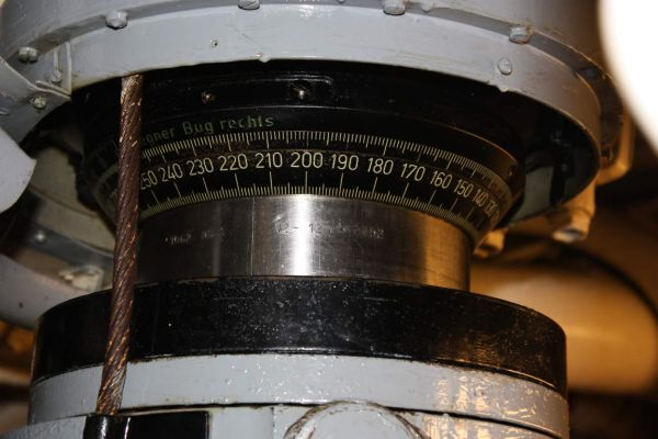 The part of the tube of the type ASR C/13 periscope with engraved indication line visible, pointing the bearing 224° (the deflection angle ring above is also visible)