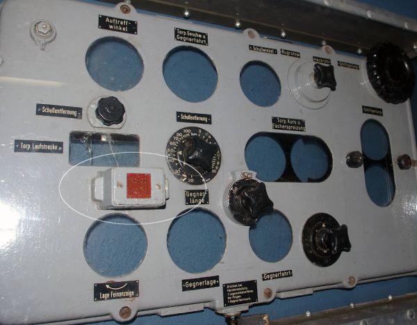 Płyta czołowa kalkulatora torpedowego z U 995 znajdująca się w muzeum w Laboe, z widoczną lampką kontrolną kąta uderzenia torpedy